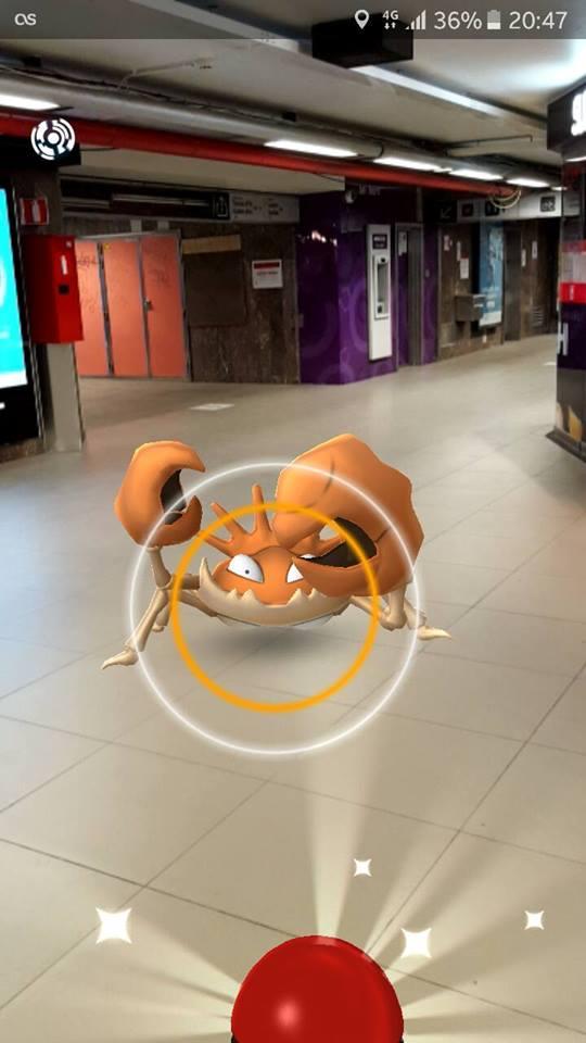 Krabby komt naar de nieuwe Starbucks in station Louiza kijken (foto Emmanuel Raza)