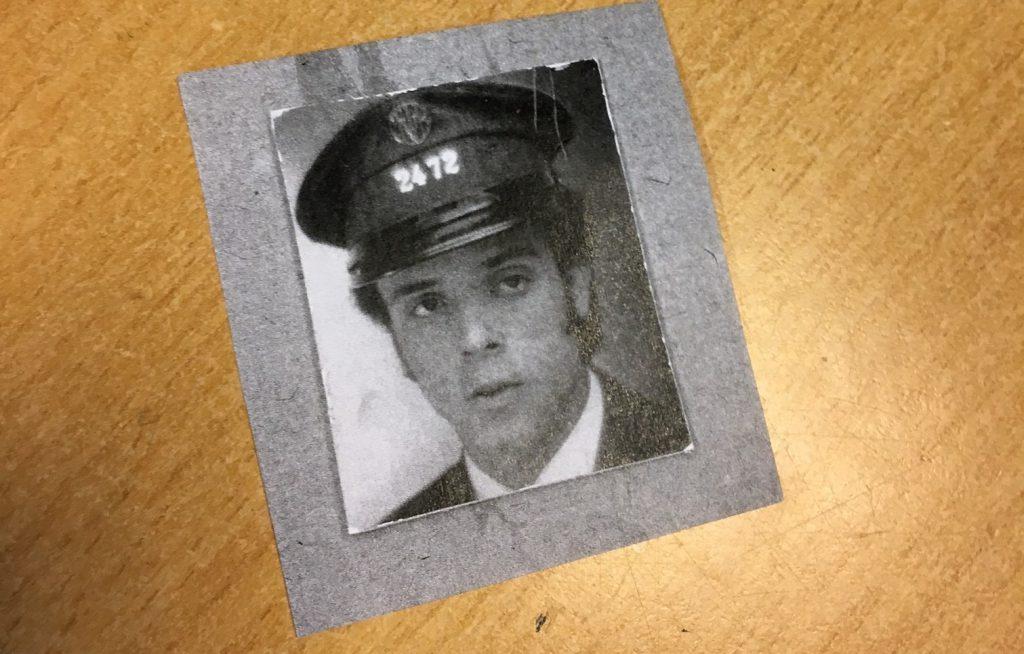 In zijn broekzak, een foto van zichzelf, genomen bij zijn indiensttreding bij de MIVB in 1969